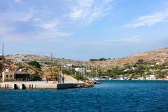 22 augustus 2017 - Arki-eiland, Griekenland - de haven van Arki-eiland, Dodecanese, Griekenland Royalty-vrije Stock Foto's