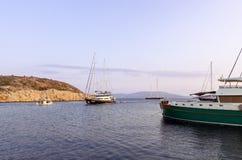 22 augustus 2017 - Arki-eiland, Griekenland - Zonsondergangkleuren over een golf in Arki-eiland, Dodecanese, Griekenland Stock Foto's