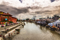 18 augustus, 2014 - Bagmati-rivier in Katmandu, Nepal Stock Afbeeldingen