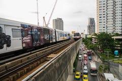 7 Augustus 2017 Bangkok, Thailand: BTS-de hemeltrein komt Post aan Stock Foto