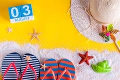3 augustus Beeld van 3 augustus kalender met de toebehoren van het de zomerstrand en reizigersuitrusting op achtergrond Boom op g Royalty-vrije Stock Fotografie