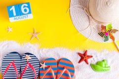 16 augustus Beeld van 16 augustus kalender met de toebehoren van het de zomerstrand en reizigersuitrusting op achtergrond Boom op Royalty-vrije Stock Afbeeldingen