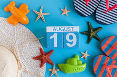 19 augustus Beeld van 19 Augustus kalender met de toebehoren van het de zomerstrand en reizigersuitrusting op achtergrond Boom op Royalty-vrije Stock Foto