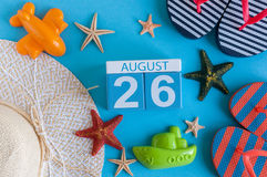 26 augustus Beeld van 26 augustus kalender met de toebehoren van het de zomerstrand en reizigersuitrusting op achtergrond Boom op Royalty-vrije Stock Fotografie