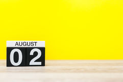 2 augustus Beeld van 2 augustus, kalender op gele achtergrond Jonge volwassenen Met lege ruimte voor tekst Stock Afbeeldingen