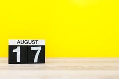 17 augustus Beeld van 17 augustus, kalender op gele achtergrond met lege ruimte voor tekst Jonge volwassenen Royalty-vrije Stock Foto's
