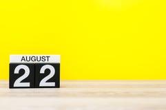 22 augustus Beeld van 22 augustus, kalender op gele achtergrond met lege ruimte voor tekst Jonge volwassenen Royalty-vrije Stock Foto