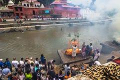 18 augustus, 2014 - Begrafenisbrandstapel in de Bagmati-rivier in Katmandu Stock Foto