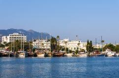 18 augustus 2017 - bekijk aan de haven van Kos-eiland, Dodecanese, Griekenland Royalty-vrije Stock Fotografie