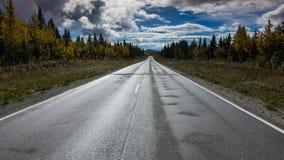 26 augustus, 2016 - Bezinningen over Richardson Highway, Route 4, Alaska Stock Afbeeldingen