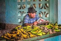 15 Augustus, 2013, Cienfuegos, Cuba, mensen verkopende bananen Stock Foto