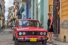 2 Augustus, 2013, Cuba, Gepooid Havana, herstelde Russisch Lada op straten Stock Afbeelding
