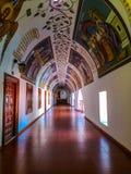 Augustus 2018 - Cyprus: Ganghoogtepunt met het overweldigen van godsdienstige muurschilderijen binnen het Griekse orthodoxe Kykko royalty-vrije stock afbeeldingen