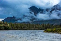 25 augustus, 2016 - de Berg, de rivier en de wolken bekijken in de Herfst, van Richardson Highway, Route 4, het Noorden van Paxon Stock Foto's