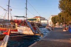 24 augustus 2017 - de haven in Agia-Jachthavendorp, Leros eiland, Griekenland Stock Afbeeldingen