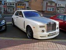25 augustus, 2010 De Oekraïne - Kiev Wit Rolls Royce Phantom Mansory Conquistador in het parkeerterrein stock foto