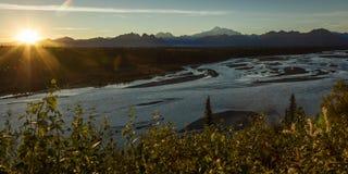30 AUGUSTUS, 2016 - de Zonsopgang op Mnt Denali, de terugtrekkingsmening van TrapperCreek, dichtbijgelegen Alaska zet Denali op o Royalty-vrije Stock Fotografie