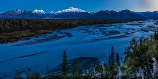 30 AUGUSTUS, 2016 - de Zonsopgang op Mnt Denali, de terugtrekkingsmening van TrapperCreek, dichtbijgelegen Alaska zet Denali op o Royalty-vrije Stock Afbeelding