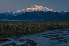30 AUGUSTUS, 2016 - de Zonsopgang op Mnt Denali, de terugtrekkingsmening van TrapperCreek, dichtbijgelegen Alaska zet Denali op o Royalty-vrije Stock Afbeeldingen