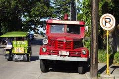 05 Augustus 2017, Dumaguete, Filippijnen: rode brandvrachtwagen op een zonnige straat Stock Afbeelding