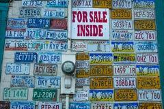 25 AUGUSTUS, 2016 - Giftshop Fairbanks Van de binnenstad, Alaska = Americana - tekens Stock Foto's