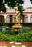 05 Augustus, 2016, heilige-Petersburg, Rusland - gouden standbeeldfontein stock foto's