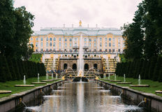 05 Augustus, 2016, heilige-Petersburg, Rusland - Groot Peterhof-Paleis, de Grote Cascade Stock Fotografie