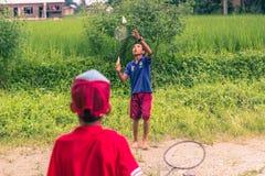 26 augustus, 2014 - Jonge geitjes die badminton in Sauraha, Nepal spelen Stock Foto's