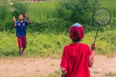 26 augustus, 2014 - Jonge geitjes die badminton in Sauraha, Nepal spelen Royalty-vrije Stock Foto's