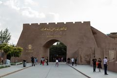 Augustus 2017, Kashgar, Xinjiang, China: toeristen voor de Oude ingangspoort van Kashgar, een belangrijke toeristenvlek langs de  royalty-vrije stock foto
