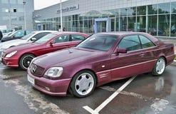 18 augustus, 2010, Kiev, de Oekraïne Mercedes-Benz-cl 500 Lorinser in de kleur van Bourgondië De auto wordt geparkeerd stock foto