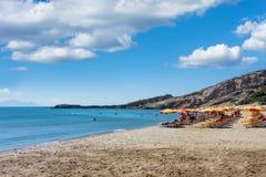 26 augustus 2017 - Kos-eiland, Dodecanese, Griekenland - Mooi Paradijsstrand met mensen, sunbeds en paraplu's Royalty-vrije Stock Foto's