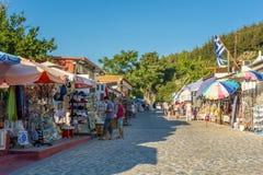 26 augustus 2017 - Kos-eiland, Dodecanese, Griekenland - Straat met toeristische winkels en herbergen in het traditionele Zia-dor Stock Foto's