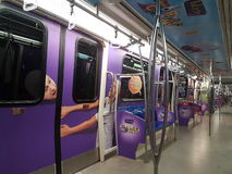 30 Augustus, Kuala Lumpur Binnendexoratio in LRT-trein met Grafisch Ontwerp Royalty-vrije Stock Foto's