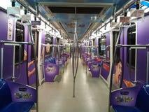 30 Augustus, Kuala Lumpur Binnendexoratio in LRT-trein met Grafisch Ontwerp Stock Foto