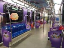 30 Augustus, Kuala Lumpur Binnendexoratio in LRT-trein met Grafisch Ontwerp Royalty-vrije Stock Afbeelding