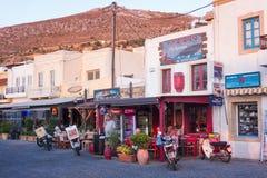 24 augustus 2017 - Leros eiland, Griekenland - Straat in Agia-Jachthavendorp, Leros eiland, Griekenland Royalty-vrije Stock Afbeeldingen