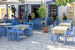 24 augustus 2017 - Lipsi-eiland, Griekenland - een kleine herberg in het centrale vierkant van Lipsi-eiland, Dodecanese, Griekenl Stock Afbeeldingen