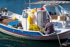 24 augustus 2017 - Lipsi-eiland, Griekenland - een oude visser werkt aan zijn netten in Lipsi-eiland, Dodecanese, Griekenland Stock Foto's
