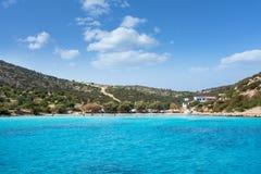 22 augustus 2017 - Lipsi-eiland, Griekenland - Verbazende wateren in een strand van Lipsi-eiland, Dodecanese, Griekenland Royalty-vrije Stock Fotografie