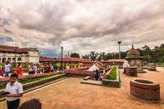 18 augustus, 2014 - Mensen in Pashupatinath-Tempel in Katmandu, N Stock Afbeeldingen