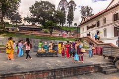 18 augustus, 2014 - Mensen in Pashupatinath-Tempel in Katmandu, N Royalty-vrije Stock Afbeeldingen