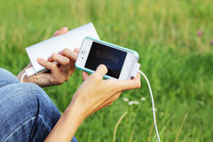 2 augustus, 2016 - Minsk, Wit-Rusland: Handen met iphone en Pokemon Royalty-vrije Stock Afbeeldingen