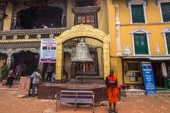 18 augustus, 2014 - Monnik in Boudhanath in Katmandu, Nepal Royalty-vrije Stock Afbeeldingen