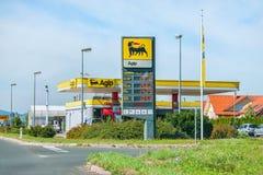 30 augustus, 2012 in Slovenië Olie en gas het vullen op de dag van de weg Zonnige zomer Stock Afbeelding