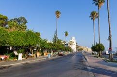 18 augustus 2017 - Straat op de promenade van Kos-eiland, Dodecanese, Griekenland Stock Afbeelding