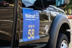 Augustus 14, 2018 Sunnyvale/CA/de V.S. - Walmart-pendel die werknemers vervoeren aan en van hun die bureaus in zuiden San worden  stock afbeeldingen