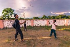 Augustus 30, 2014 - Vrijwilliger en jongen het spelen in kinderenhuis binnen Stock Foto