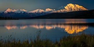 28 AUGUSTUS, 2016 - zet Denali bij Wonder Meer op, als Onderstel McKinley, de hoogste bergpiek in Noord-Amerika dat eerder, wordt Stock Fotografie