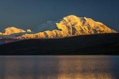 28 AUGUSTUS, 2016 - zet Denali bij Wonder Meer op, als Onderstel McKinley, de hoogste bergpiek in Noord-Amerika dat eerder, wordt Stock Foto